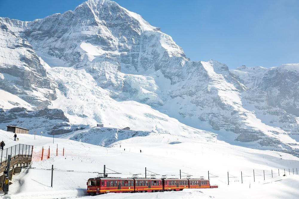 Ski train save energy