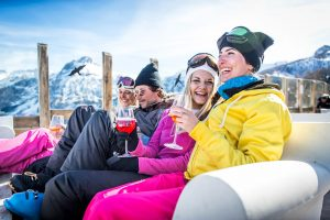 Group_laughing_drinking_Apres_Alps